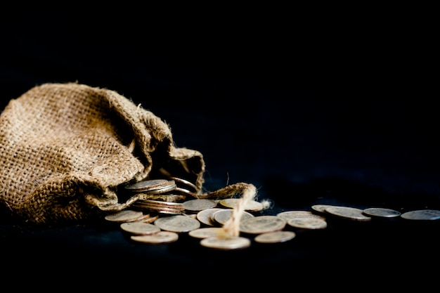 ユダの裏切りの30の銀のコインの聖書のシンボルが付いている袋 Premium写真