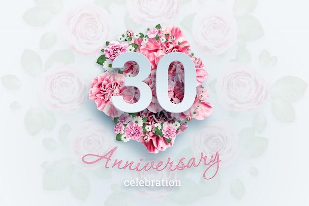 ピンクの花に30の数字と記念日のお祝いのテキストをレタリング Premium写真