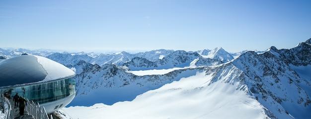 Кафе 3440 на леднике питцталь. самая высокая кофейня австрии на вершине горы в тироле. Premium Фотографии
