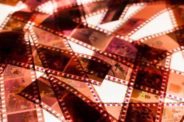 ライトボックス上のカラーネガ35mmフィルムストライプ 無料写真