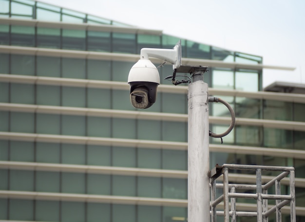 На колонке в городе установлена купольная видеокамера на 360 градусов. Premium Фотографии