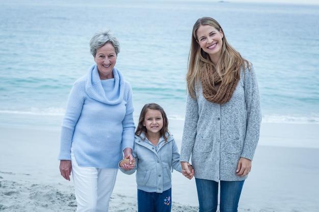 ビーチに立っている3世代の女性 Premium写真