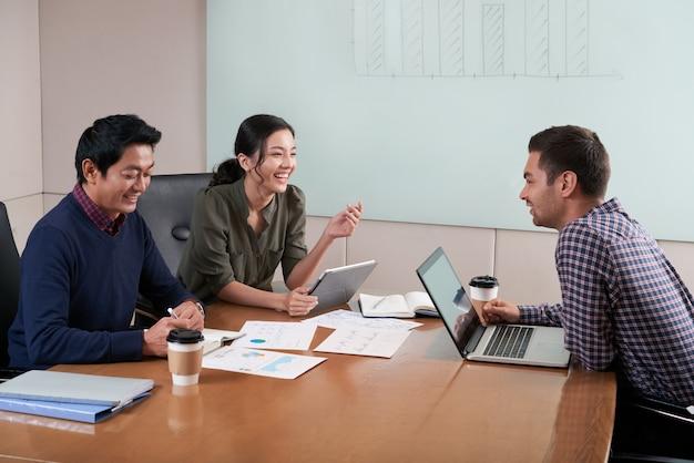 ビジネス会議で3人の側面図 無料写真