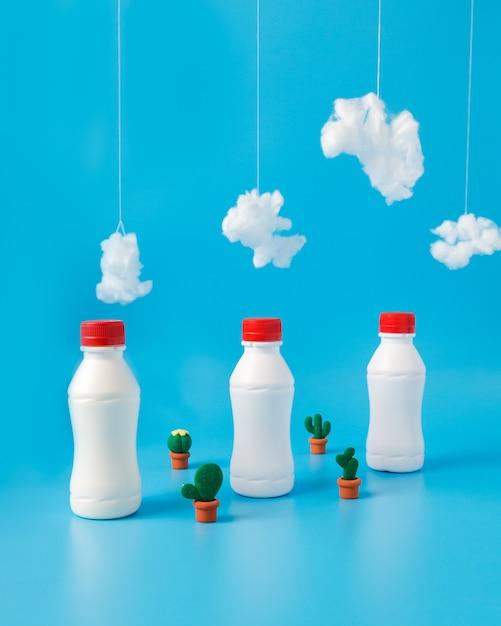 牛乳、サボテンと雲の3本 無料写真