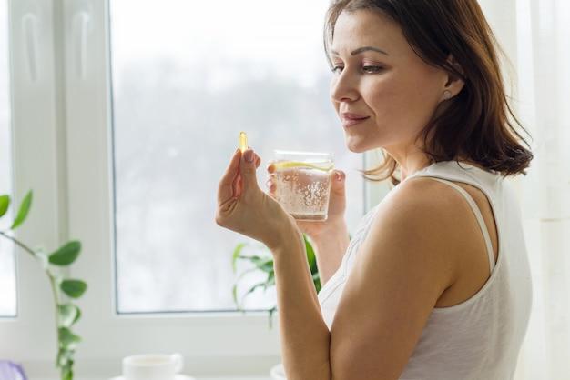 女性はオメガ3とピルを服用します Premium写真