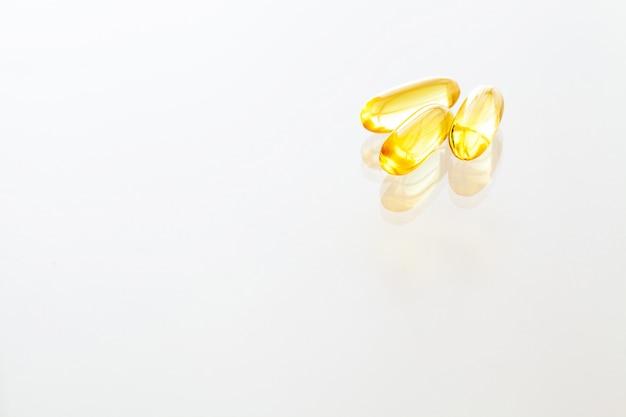 Витаминные добавки, рыбий жир в желтых капсулах омега-3. Premium Фотографии