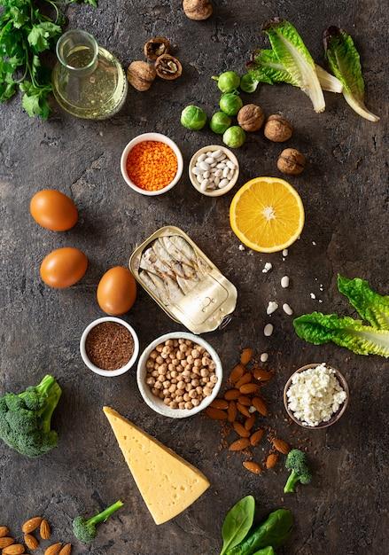 Источники пищи омега-3 и здоровых жиров на темном фоне вид сверху. здоровая пища Premium Фотографии