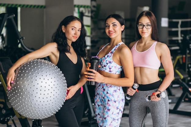 ジムでトレーニングする3人の若い女性 無料写真