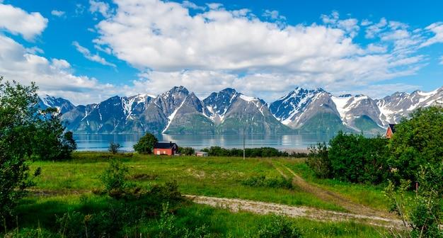 ソグネフィヨルドの岩、世界で3番目に長いフィヨルド、ノルウェーで最大のフィヨルド。 Premium写真