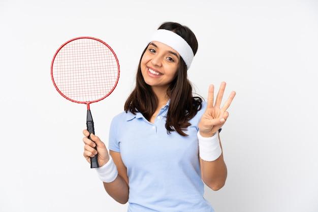 若いバドミントンプレーヤーの女性の幸せと指で3つを数える Premium写真