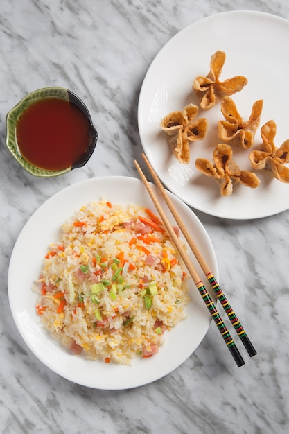 中国米3つの珍味と揚げ物のクローズアップ。 Premium写真