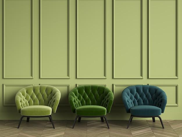 3 тафтинговые зеленые кресла в классическом интерьере с копией пространства. зеленые стены с лепниной. напольный паркет елочка Premium Фотографии