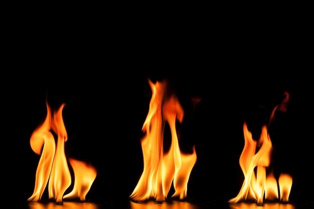3つの炎のある黒い背景 無料写真