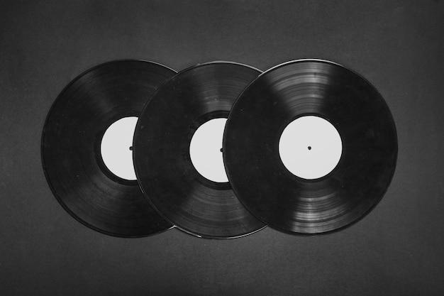 黒の背景に3つのビニールレコード 無料写真