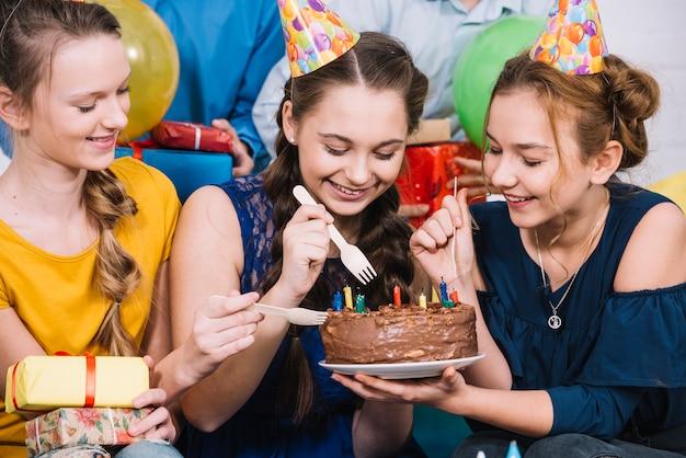 フォークでケーキを食べる3人の女性の友人 無料写真