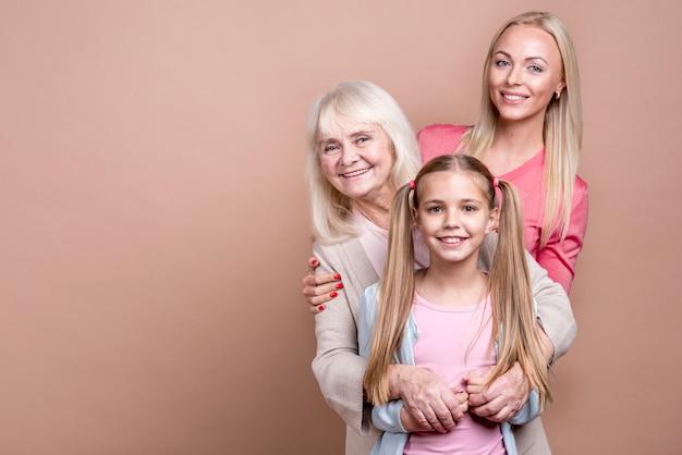 幸せな美しい女性とコピースペースの3世代の肖像画 無料写真