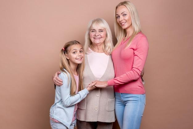 幸せな美しい女性の3世代の肖像画 無料写真