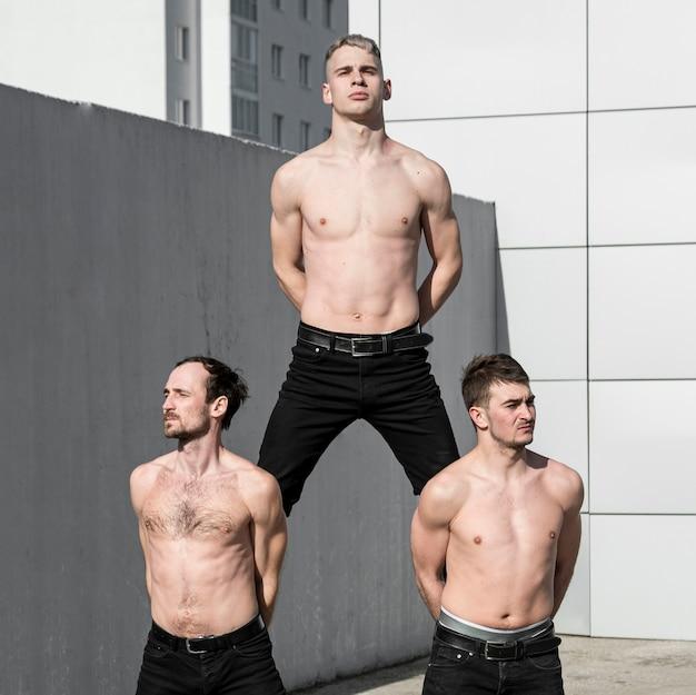 上半身裸の3人のヒップホップパフォーマーが踊る前にポーズ 無料写真