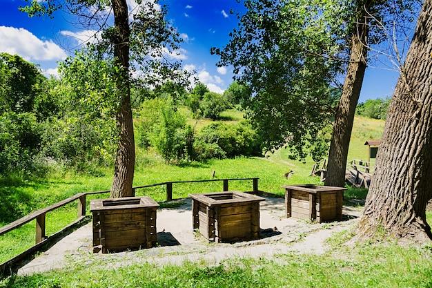 森の端にある3つの井戸。美しい風景 Premium写真