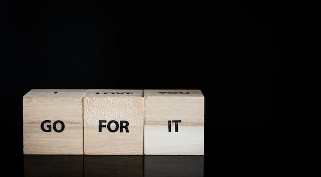 3つの木製の立方体 - それのために行きなさい Premium写真