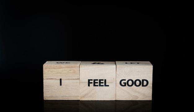 行の3つの木製キューブ - 気分がいい Premium写真