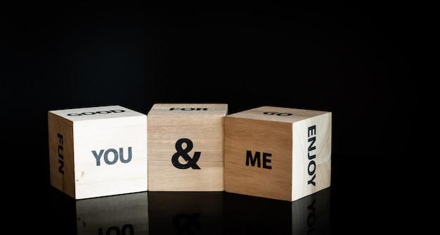3つの木製キューブ - あなたと私 Premium写真