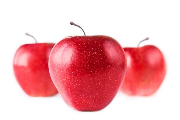 白い背景に3つの赤いリンゴ。白で隔離されています。健康的な食事 Premium写真