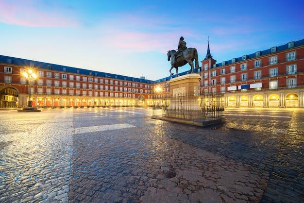 プラザ市長のフィリップ3世の像。マドリッド、マヨール広場の歴史的建造物 Premium写真