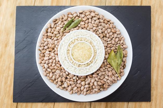 3種類の生米と豆 Premium写真