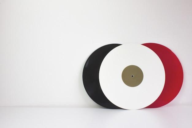 3つのビニール、黒、赤、白、白、ホワイトスペース Premium写真