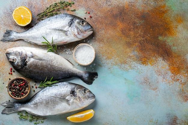3つの新鮮な生のドラド魚。 Premium写真
