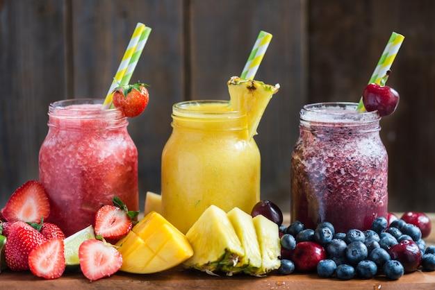 3 вкусных слизи из разных ягод и фруктов Premium Фотографии