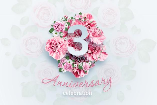 ピンクの花の3つの数字と記念日のお祝いのテキストをレタリングします。 Premium写真