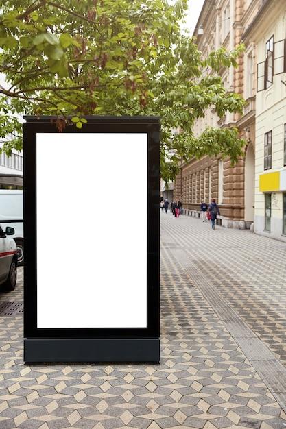 3dイラスト。都市空間に対する広告のためのモックアップ場所を備えた垂直看板。空白の広告スタンド。都市環境に関する広報委員会。ディスプレイボックス。都市の景観 無料写真