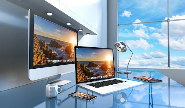 Современный стеклянный интерьер стола с компьютером и устройствами 3d-рендеринга Premium Фотографии
