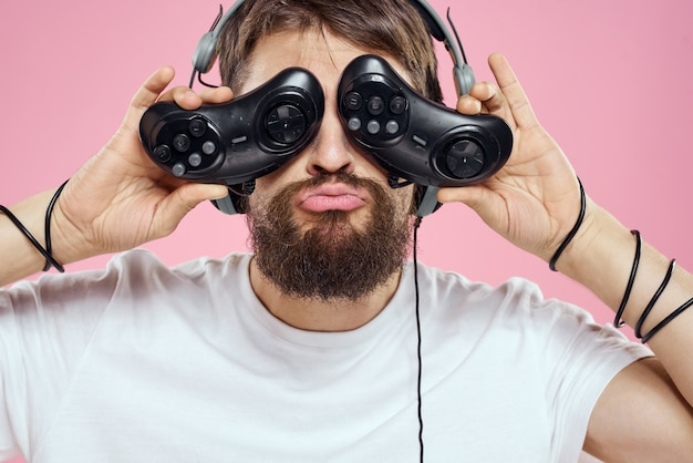 Мужчина в 3d очках играет в компьютерные игры в консолях с джойстиками Premium Фотографии