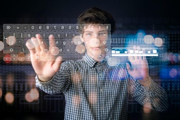 人が3d仮想キーボードインターフェースを使用する Premium写真