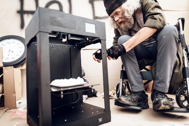男が3dプリンターからメレンゲを取り出します。 Premium写真