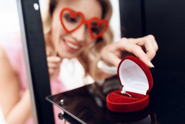 金髪は3dプリンターの結婚指輪を見ています。 Premium写真