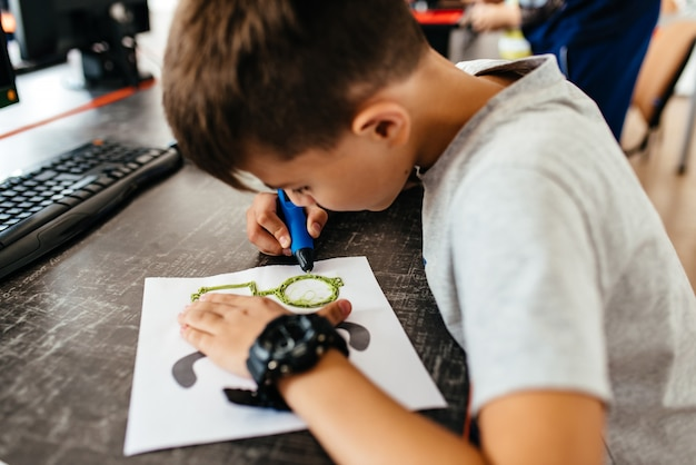 Подросток рисует 3d-очки Premium Фотографии