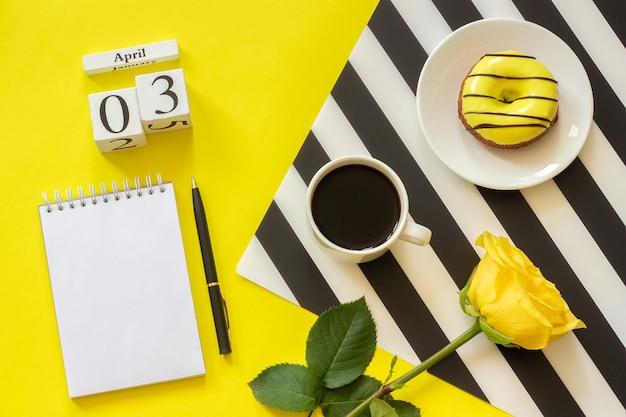 カレンダー4月3日。一杯のコーヒー、ドーナツ、ローズ Premium写真