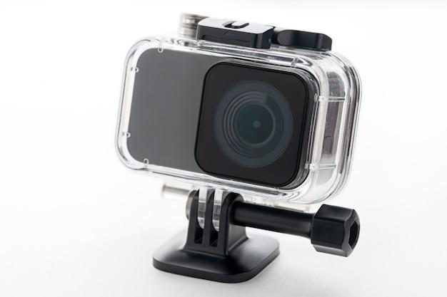 4 kアクションカメラ、白い背景で隔離。 Premium写真