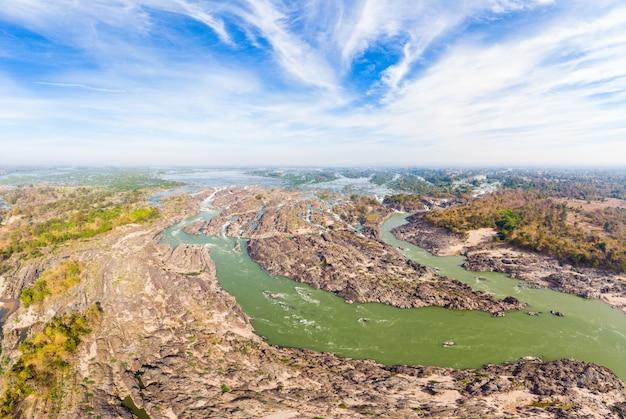 ラオス、リピの滝、東南アジアの有名な旅行先のバックパッカーの空中パノラマ4000島メコン川 Premium写真