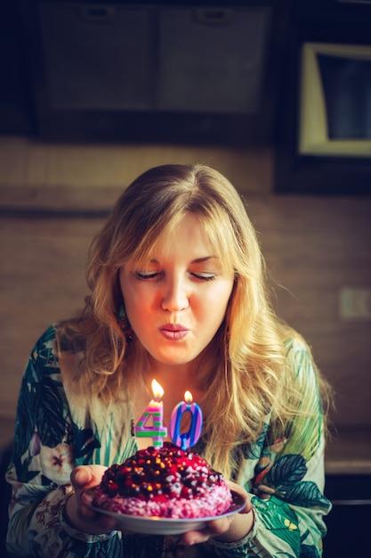 美しい幸せな白人金髪女性は40歳の誕生日を祝います。 Premium写真