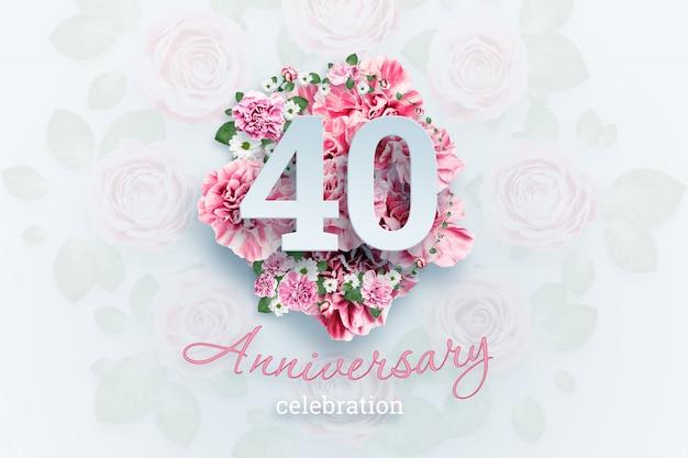 ピンクの花に40の数字と記念日のお祝いのテキストをレタリングします。 Premium写真