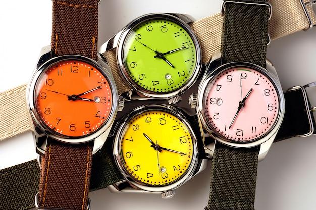 4つのカラフルな腕時計 Premium写真