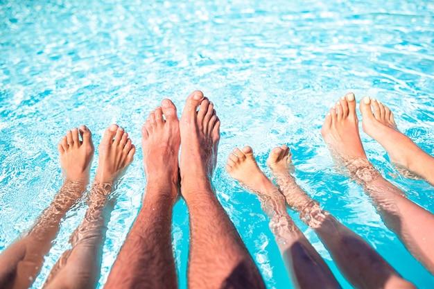 プールサイドで4人の足 Premium写真