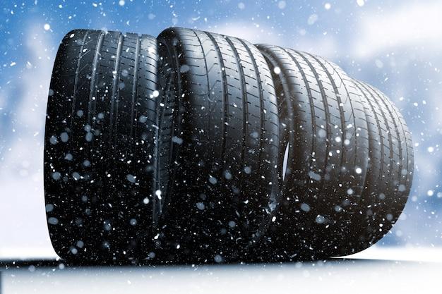 雪に覆われた道路上を転がる4つの車のタイヤ Premium写真