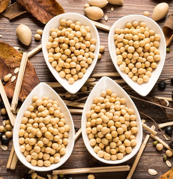 乾燥大豆の4鉢の上から見た図 無料写真