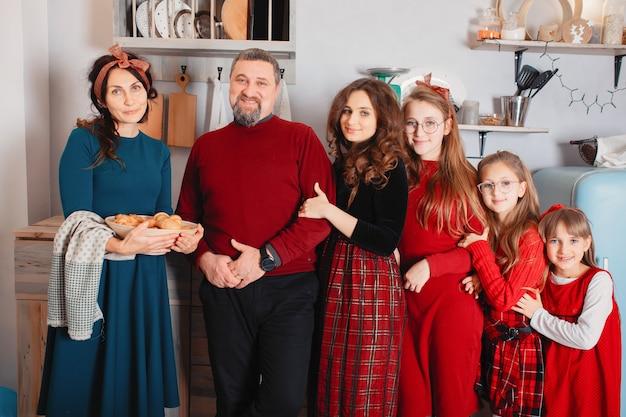 4人の娘を持つ大家族が家で時間を過ごす 無料写真